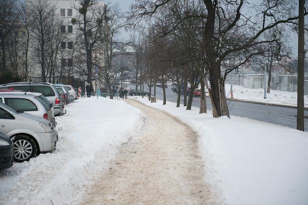 Nieodśnieżony chodnik w rejonie ul. 3 Maja w Gdańsku.