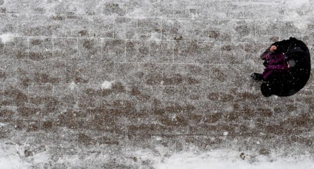Odśnieżanie to jedno, ale utrzymanie chodników w stanie nadającym się zimą do poruszania to już inna sprawa.