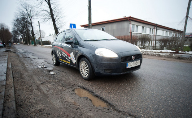 Jeszcze kilka lat temu kandydaci na kierowców zdawali egzamin praktyczny na prawo jazdy w fiatach grande punto, które z czasem zastąpiły toyoty yaris. Czy w tym roku również dojdzie do zmiany marki aut egzaminacyjnych?