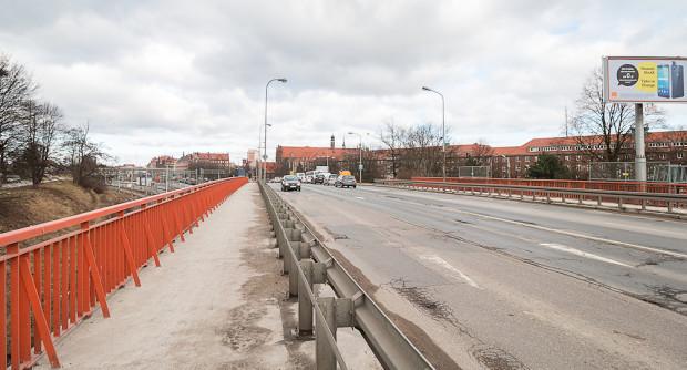 Istniejący wiadukt Biskupia Górka. Po prawej widoczny fragment gmachu Urzędu Wojewódzkiego i Marszałkowskiego, przed którym przewidziano budowę parkingu.