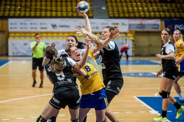 Porażka z Selgrosem okazała się kosztowna. Monika Kobylińska (nr 8) i jej koleżanki z Vistalu spadły w tabeli Superligi z pierwszego na trzecie miejsce. Mają jednak tyle samo punktów co wyprzedzające je zespoły.