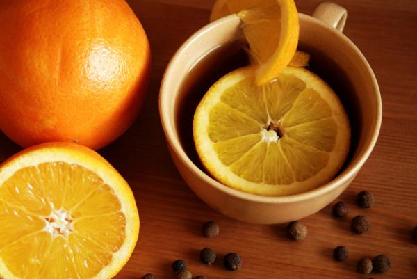 Herbata z pomarańczą ma wiele właściwości zdrowotnych, ale podobnie jak cytryna powinna być dodawana do niej, gdy woda nie będzie już wrząca, tak by nie straciła swych cennych składników.