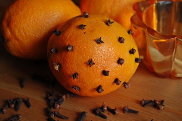 Pomarańcze ozdobione goździkami to pachnąca dekoracja, która sprawi, że magia świąt zostanie w naszym otoczeniu na dłużej.