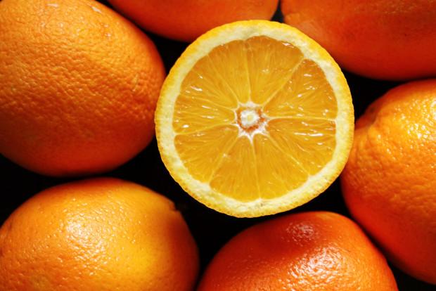 Właściwości odchudzające pomarańczy wynikają głównie z wysokiej zawartość błonnika, który pod wpływem przyjmowanych w ciągu dnia płynów powiększa kilkukrotnie swoją objętość, wypełniając żołądek i w ten sposób na długo zapewniając uczucie sytości. Jednocześnie pomarańcze należą do owoców niskokalorycznych. Jedna średnia (240 g) obrana pomarańcza ma tylko około 100 kalorii.
