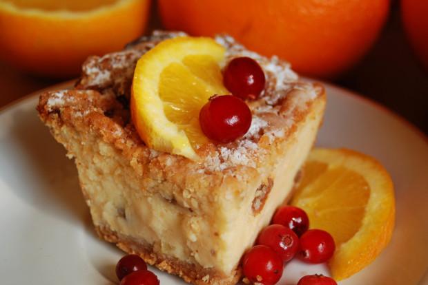Sernik z pomarańczami to tylko jedna z mnóstwa kuszących propozycji jakie można wyczarować w kuchni z dodatkiem tych owoców.