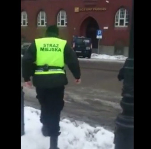 Ta stopklatka filmu pokazuje jak zaparkowany był radiowóz strażników miejskich.