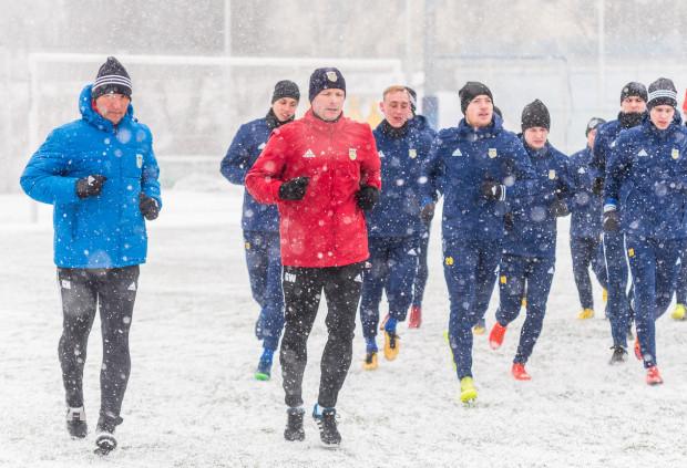 Piłkarze Arki Gdynia zmienią strefę klimatyczną, ale na inne przyjemności nie powinni liczyć. Trener Grzegorz Witt (na zdjęciu czerwony ortalion) konsekwentnie realizuje nakreślony plan przygotowań motorycznych.