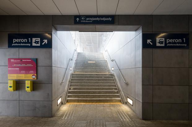 Wejście na peron pierwszy z informacją o możliwości dotarcia stąd pociągiem na lotnisko.