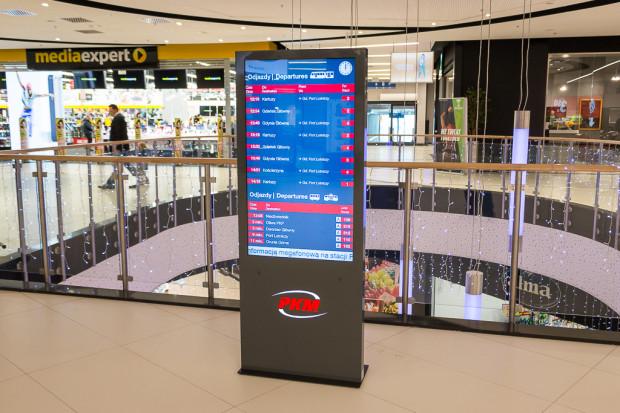 Tablica informacji pasażerskiej wewnątrz Galerii Metropolia.