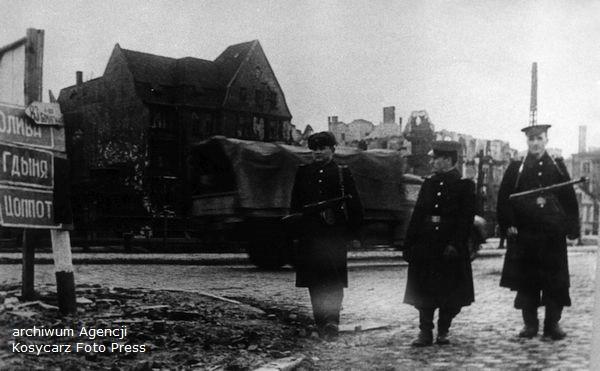 Żołnierze Armii Czerwonej na ulicach Gdańska w 1945 r. Po lewej widać drogowskazy kierujące do Oliwy, Gdyni i Sopotu.