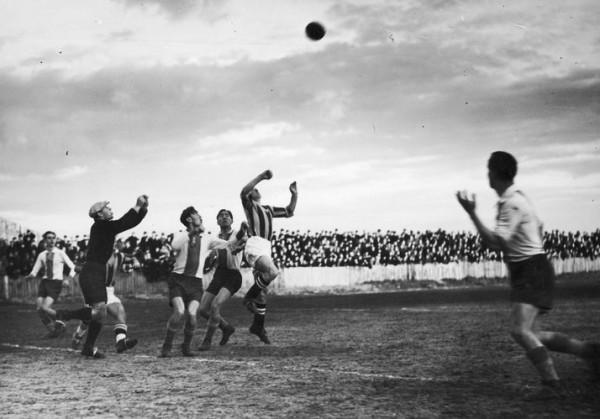 Prawdopodobnie jeden z ostatnich meczów, jakie piłkarze Gedani Gdańsk rozegrali w Polsce przed wybuchem II wojny światowej. Fotografia ze spotkania Warszawianka - Gedania, które odbyło się na stadionie przy ulicy Wawelskiej 5 w Warszawie w kwietniu 1939 r.