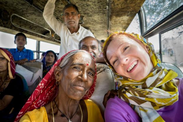 Magda Jończyk podczas jednej ze swoich dalekich podróży (na zdjęciu: Indie. W lokalnym autobusie w Radżastanie).