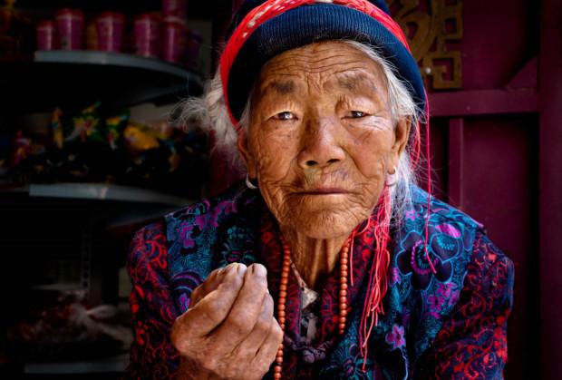Chiny. Staruszka w sklepie na trasie Dequin-Lijiang.