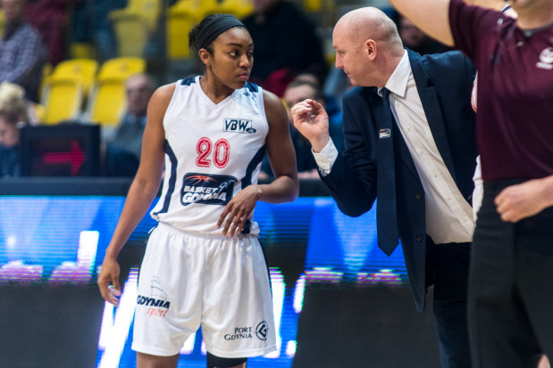 Gdyńskie koszykarki rzucały w Bydgoszczy ze skutecznością 39.7 proc. Słabszy dzień miała nawet Reene Montgomery (z lewej), która trafiała co trzeci rzut.