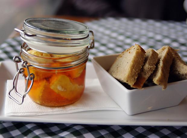 Przystawka: Nakládaný hermelín - ser hermelin marynowany w oliwnej zalewie na ostro z cebulką i papryczkami (12 zł).