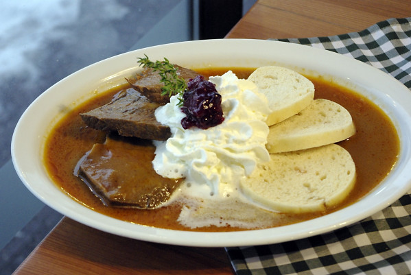 Svíčková na smetaně - to wolno wypiekana wołowina szpikowana słoniną, podawana z knedlami bułczanymi, bitą śmietaną i żurawiną (29 zł).