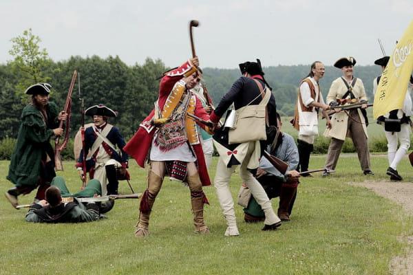 W prawej ręce Indianina widoczna jest wykonana z twardego drewna broń o nazwie war club.