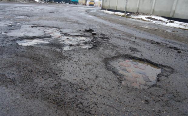 Dziury w jezdni głównie uszkadzają układ jezdny samochodów. W ekstremalnych przypadkach mogą też zniszczyć inne elementy znajdujące się przy podwoziu - m.in. misę olejową silnika.