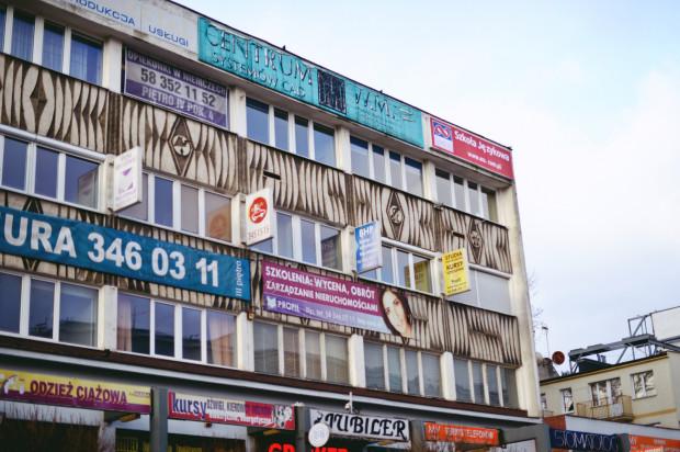 Czy brzydka reklama może popsuć apetyt? Na zdjęciu: pawilony przy ul. Klonowej we Wrzeszczu.