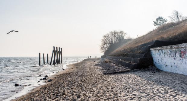 Ta część plaży w Orłowie poza sezonem to opustoszałe miejsce. Lokal gastronomiczny ma pomóc w lepszym wykorzystaniu potencjału.