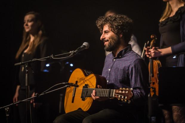 José González zazwyczaj występuje jedynie z gitarą, tym razem towarzyszyła mu dwudziestoosobowa orkiestra.