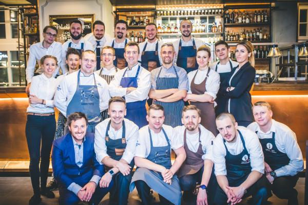 """Trzecia kolacja z cyklu """"4 razy smaczniej"""" odbyła się we wrzeszczańskim lokalu Eliksir. Na zdjęciu szefowie kuchni oraz obsługa z restauracji uczestniczących w projekcie (Eliksir, Sztuczka, Mercato, Biały Królik)."""