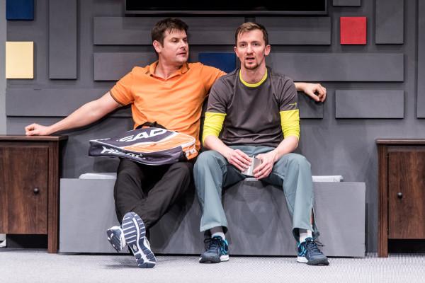 Aktorsko kroku dotrzymuje mu tylko Maciej Wizner (po prawej), który w roli przyjaciela Michała, Pawła, błyszczy podczas epizodu męskiej rozmowy na trudne tematy.