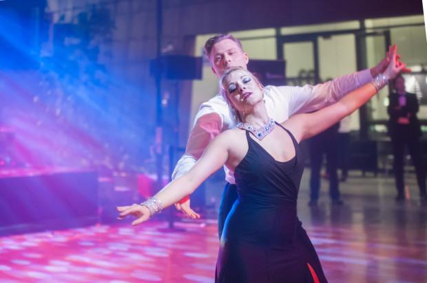 """Ewa Jeziorska i Mateusz Mateusz Brzeziński - mistrzowska klasa taneczna """"A"""" w tańcach. Na Balu z sercem uczyła gości walca."""