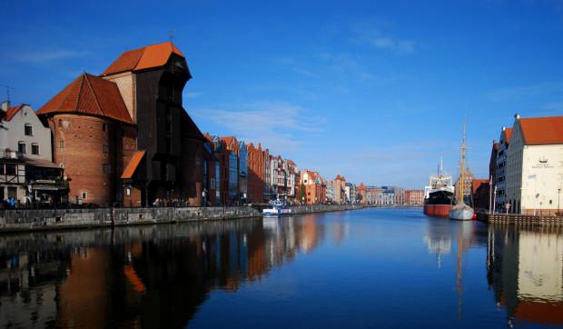 Zabytkowy Żuraw jest symbolem Gdańska. Każdy turysta wraca z wycieczki po mieście z takim lub podobnym zdjęciem.