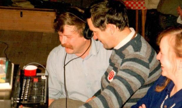Zbigniew Klewiado (z lewej) pierwszy nadajnik zrobił z anteny telewizyjnej, gwoździa i kija.