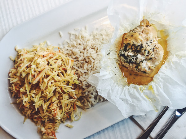 Kurczak gotowany na parze z masłem czosnkowo-ziołowym w Kucharii.