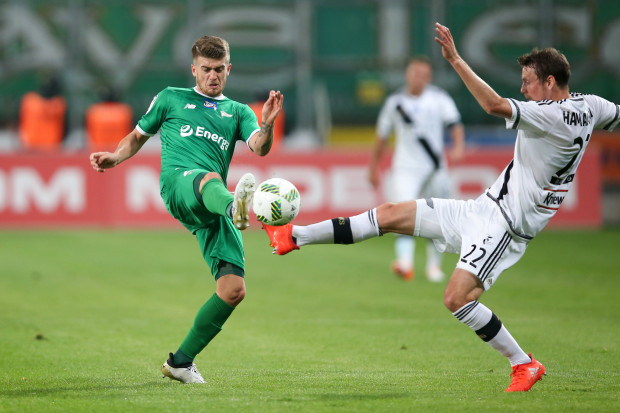 Od czasu reformy ekstraklasy Legia Warszawa jako jedyna za każdym razem kończyła sezon na podium. Lechia Gdańsk ma natomiast szansę znaleźć tam się po raz pierwszy w systemie ESA 37, a nawet powalczyć o mistrzowski tytuł. Na zdjęciu Michał Chrapek i Kasper Hamalainen.