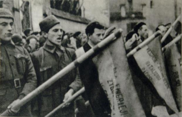Dąbrowszczacy składają przysięgę na wierność rządowi Republiki Hiszpańskiej.