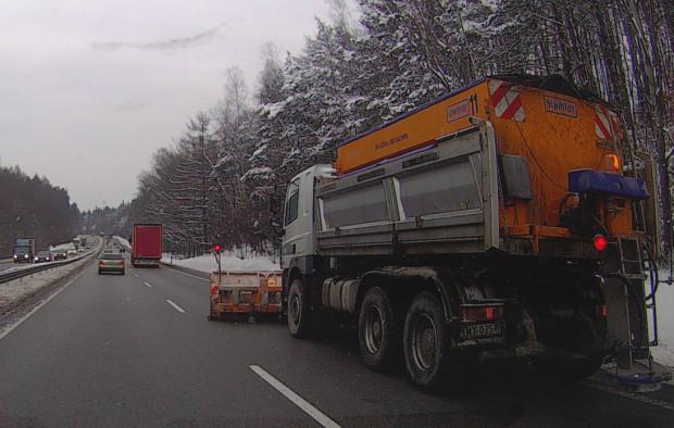 Czy ten pług odśnieża czarny asfalt? GDDKIA tłumaczy, ze lemiesz usuwa śnieg i błoto pośniegowe z pobocza.