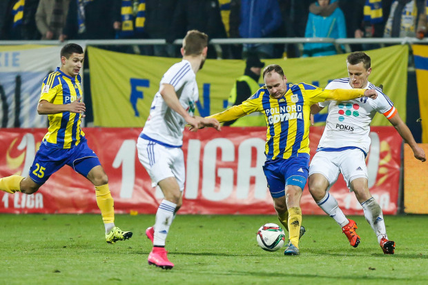 Rafał Siemaszko (z piłką) rundę wiosenną rozpocznie od niedzielnego sparingu z Gryfem Wejherowo. Natomiast Paweł Wojowski (nr 25) sezon może dokończyć w innym klubie.