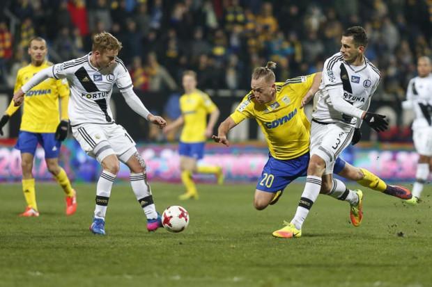 Tomasz Jodłowiec (nr 3) strzelił jedynego gola w gdyńskiej inauguracji piłkarskiej wiosny w ekstraklasie.