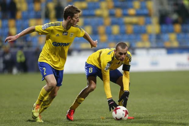 W pierwszy ligowy weekend piłka nie słuchała się żadnego gdyńskiego piłkarza. Nie udało się strzelić gola ani w ekstraklasie, ani w sparingu z II-ligowcem. Na zdjęciu Marcus (nr 8) i Tadeusz Socha.
