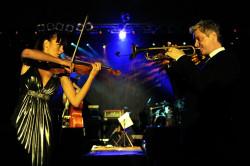 """Z piękną skrzypaczką Caroline Campbell trębacz wykonał m.in. utwór """"Emmanuel""""."""