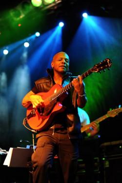Nie zabrakło też solowych popisów muzyków, w tym gitarzysty Marka Whitfielda.