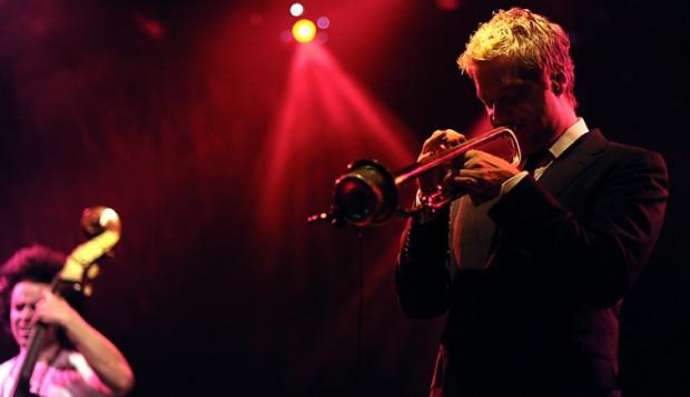 Chris Botti graniu jazzu na żywo przywrócił pierwotne, dawno zapomniane funkcje – dobrą i przyjemną zabawę.