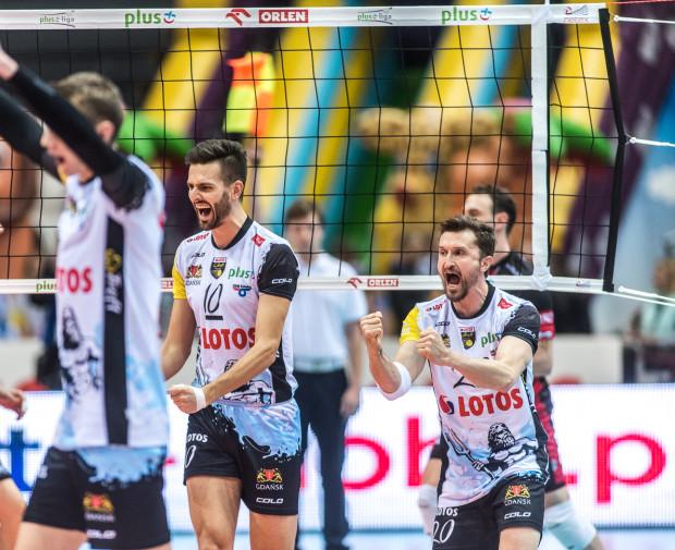 Michał Masny (z prawej) tak rozdzielał piłki, że aż pięciu siatkarzy Lotosu Trefla Gdańsk osiągnęło w Warszawie dwucyfrowy wynik punktowy. Komisarz mecz za najlepszego uznał Bartosza Gawryszewskiego (w środku).