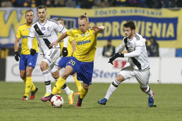 Dominik Hofbauer (nr 20) napędzał atak Arki Gdynia jako podstawowy rozgrywający w 10 z rzędu kolejkach ekstraklasy. W meczu z Legią otrzymał 4. żółtą kartkę i musi pauzować. Kto zastąpi Austriaka w Lubinie?