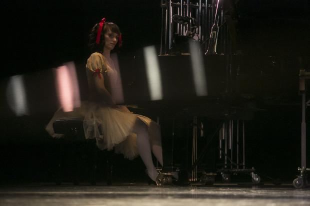 Artystom akompaniowała na fortepianie nakręcana lalka - pozytywka (Karolina Szweda).