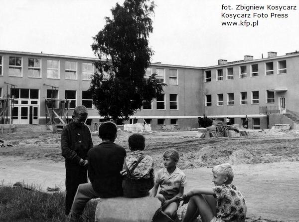 Budowa szkoły na Stogach, prawdopodobnie przy ul. Stryjewskiego 28. Zdjęcie wykonane w roku 1965.