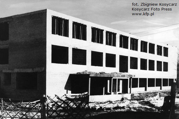 """Budowa """"tysiąclatki"""" przy ul. Obywatelskiej we Wrzeszczu. Zdjęcie z marca 1963 roku."""