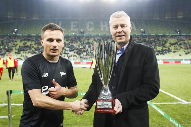 Sławomir Peszko (z lewej) trofeum dla Ligowca Roku odebrał przed meczem z Jagiellonią z rąk redaktora naczelnego Trojmiasto.pl Michała Kaczorowskiego (z prawej).