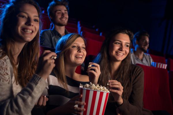 W wybrane dni tygodnia, w niektórych kinach w Trójmieście, obowiązują specjalne promocje na bilety. Niezależnie od wieku i tego, czy przysługuje nam jakakolwiek zniżka, są dni, w które za wstęp do kina można zapłacić mniej.