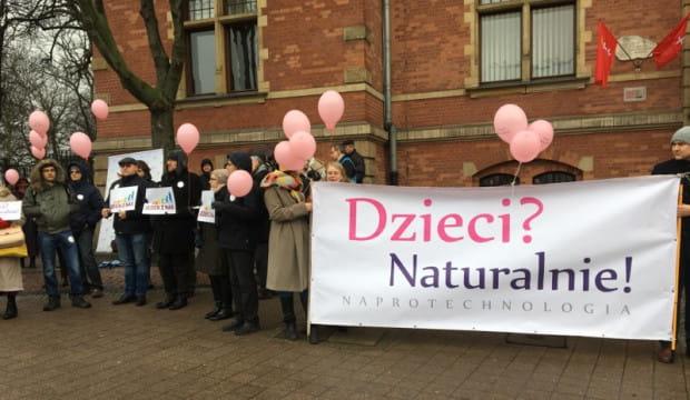 Protest przed sesją rady miasta ws. in vitro.