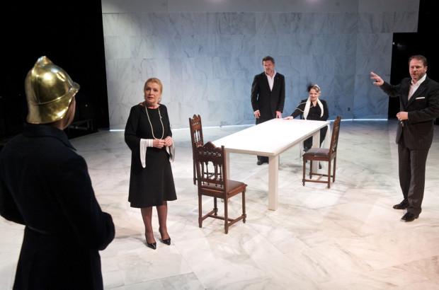 """""""Łysa śpiewaczka"""" w reż. Macieja Prusa z Teatru Narodowego w Warszawie to propozycja na wieczór 3 lub 4 kwietnia w Teatrze Muzycznym."""