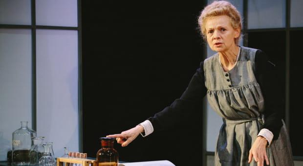 """""""Promieniowanie. Sceny z życia Marii Skłodowskie-Curie"""" to monodram Ewy Wencel, który obejrzeć można w Teatrze Muzycznym 7 marca."""